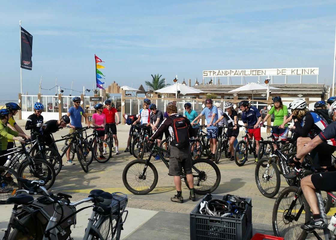 Mountainbiken met een grote groep in Katwijk bij ATB-Katwijk